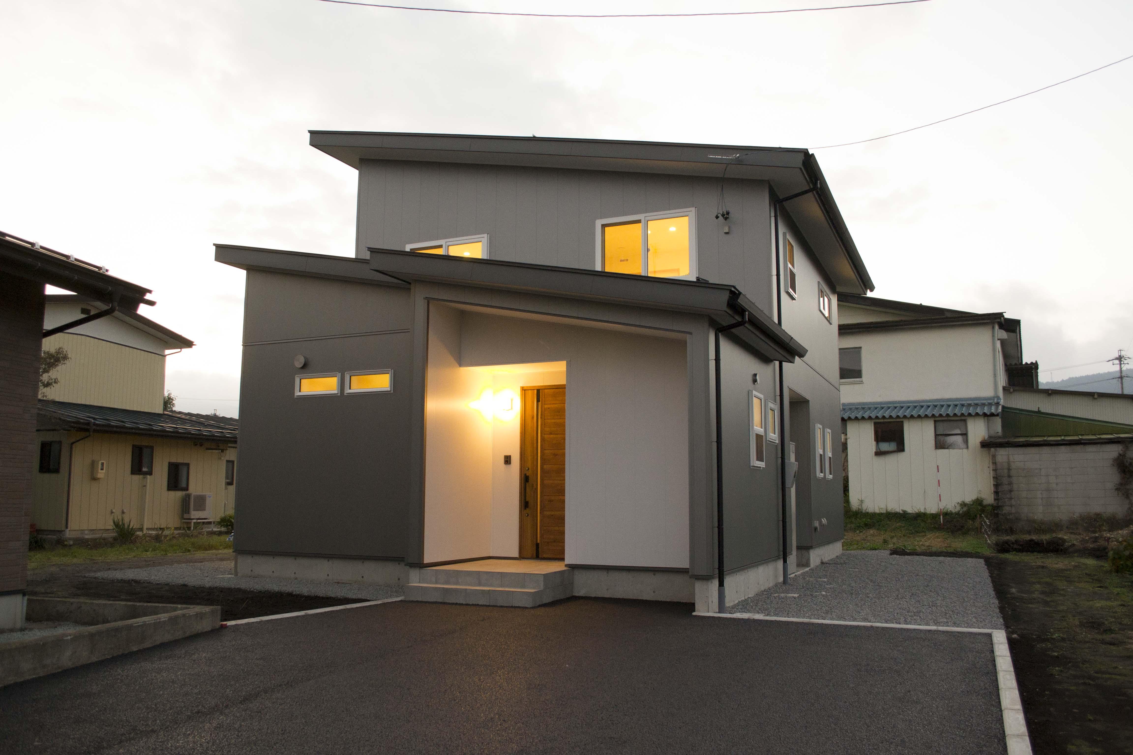 シャープな外観とナチュラルな内装のお家 Y様邸